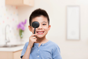 Boy with eye cover plateの写真素材 [FYI02214745]