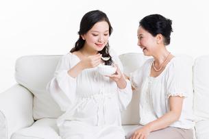 Senior woman taking care of pregnant womanの写真素材 [FYI02214755]