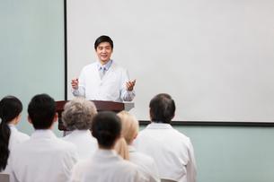Male doctor giving speech in boardroomの写真素材 [FYI02214761]