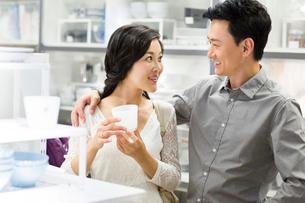 Cheerful couple shoppingの写真素材 [FYI02214768]