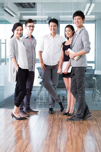 Confident business colleagues in the officeの写真素材 [FYI02214778]
