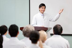 Male doctor giving speech in boardroomの写真素材 [FYI02214791]