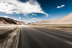 Road going through the mountains, Qinghai Provinceの写真素材 [FYI02214811]