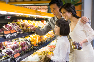 Family shopping in supermarketの写真素材 [FYI02214813]