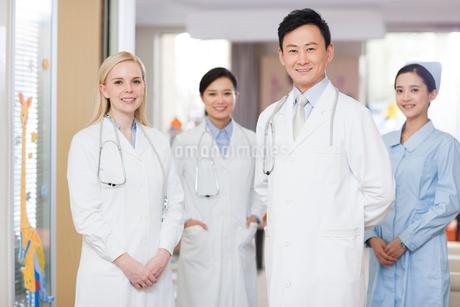 Confident doctors and nurse in children's hospitalの写真素材 [FYI02214830]