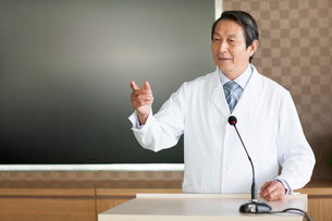 Senior male doctor giving a speechの写真素材 [FYI02214833]