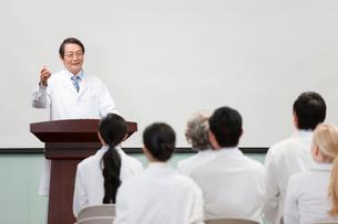 Senior doctor giving speech in boardroomの写真素材 [FYI02214884]