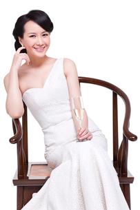 Young beautiful woman with champagne fluteの写真素材 [FYI02214889]