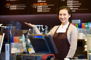 Portrait of coffee store waitressの写真素材 [FYI02214895]