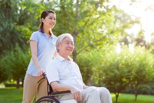 Wheelchair bound man with nursing assistantの写真素材 [FYI02214904]