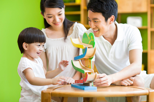 Young family playing toy slideの写真素材 [FYI02214906]
