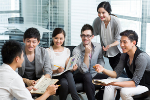 Young office workers holding a meetingの写真素材 [FYI02214920]