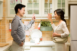 Happy couple shopping for kitchen cupboardの写真素材 [FYI02214929]