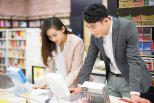 Young couple choosing books in bookstoreの写真素材 [FYI02214948]
