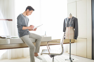 Fashion designer looking at sketchの写真素材 [FYI02214961]