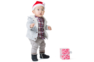 Cute baby and Christmas presentの写真素材 [FYI02214964]