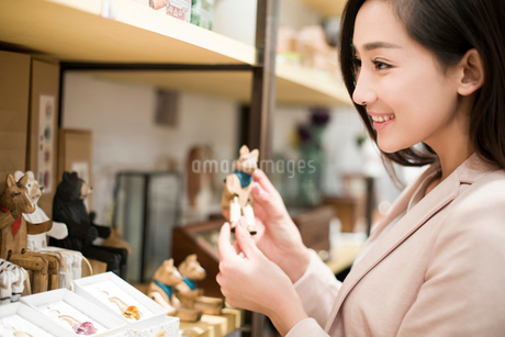 Young woman buying souvenirs in gift shopの写真素材 [FYI02214980]