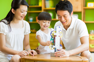 Young family playing toyの写真素材 [FYI02215027]