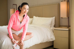 Young woman preparing for runningの写真素材 [FYI02215032]
