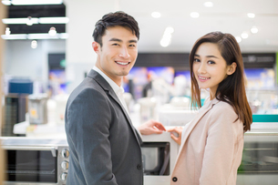 Young couple shopping in electronics storeの写真素材 [FYI02215041]