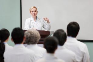 Female doctor giving speech in boardroomの写真素材 [FYI02215043]
