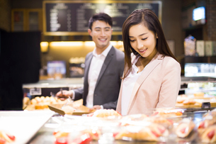 Young couple choosing breads in bakeryの写真素材 [FYI02215051]