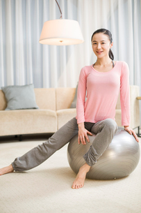 Young woman sitting on fitness ballの写真素材 [FYI02215101]