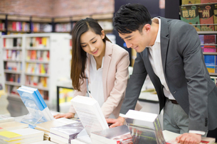 Young couple choosing books in bookstoreの写真素材 [FYI02215137]