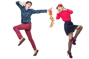 Young couple celebrating Chinese new year with petardの写真素材 [FYI02215159]