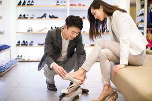 Young couple buying shoes in shopの写真素材 [FYI02215163]