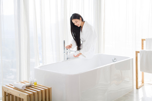 Young woman filling bathtubの写真素材 [FYI02215232]