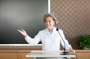 Senior female doctor giving a speechの写真素材 [FYI02215246]