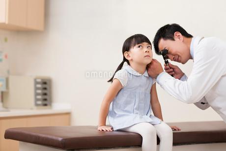 Doctor examining girl's earsの写真素材 [FYI02215271]