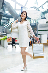 Young woman shopping in mallの写真素材 [FYI02215307]