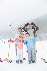 Young family skiing in ski resortの写真素材 [FYI02215325]