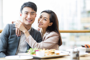 Young couple dining in restaurantの写真素材 [FYI02215371]