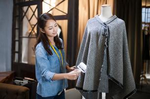 Fashion designer working in studioの写真素材 [FYI02215395]