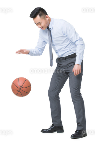 Young businessman playing basketballの写真素材 [FYI02215414]