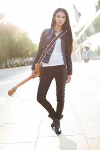Female guitaristの写真素材 [FYI02215426]