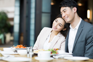 Young couple dining in restaurantの写真素材 [FYI02215440]