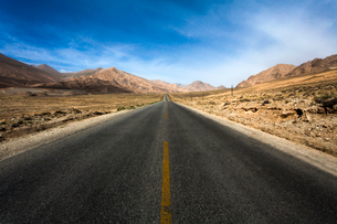 Road going through the mountains, Tibet Provinceの写真素材 [FYI02215462]