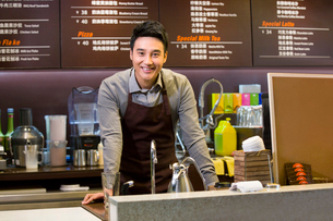 Portrait of male coffee store clerkの写真素材 [FYI02215510]
