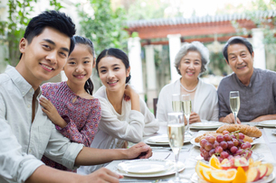 Family eating holiday meal togetherの写真素材 [FYI02215552]