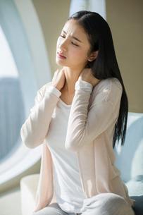 Young woman rubbing aching shouldersの写真素材 [FYI02215577]
