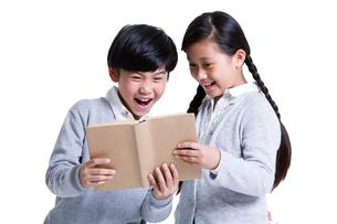 Cute boy and girl readingの写真素材 [FYI02215614]