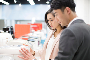 Young couple shopping in electronics storeの写真素材 [FYI02215623]