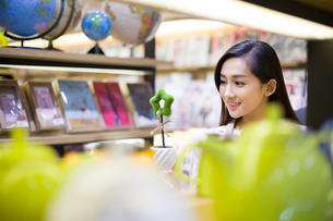 Young woman buying souvenirs in gift shopの写真素材 [FYI02215645]