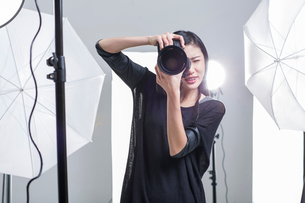 Photographer taking picture in studioの写真素材 [FYI02215670]