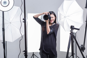 Photographer taking picture in studioの写真素材 [FYI02215674]