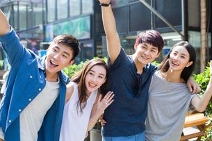 Young couples waving handsの写真素材 [FYI02215677]